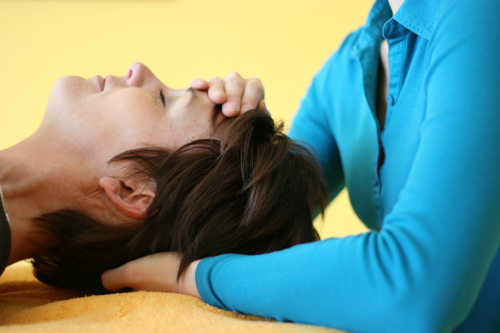 Osteopathische Behandlung am Kopf